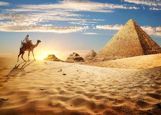 Beduín s pyramidami v Gíze