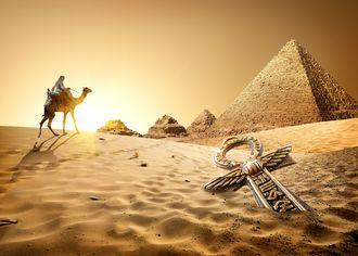Beduín s velbloudem s pyramidami
