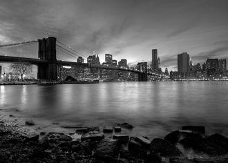 Brooklynský most v černobílém provední