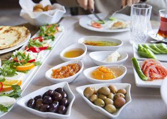 Černé a bílé olivy na bílém stole