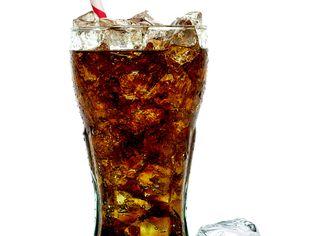 Cola na bílém pozadí