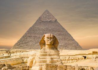 Egyptská sfinga a Cheopsova pyramida