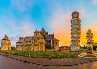 Katedrála v Pise s šikmou věží na náměstí Piazza dei Miracoli v Pise, Toskánsko, Itálie.