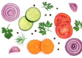 Kolečka zeleniny na bílém pozadí