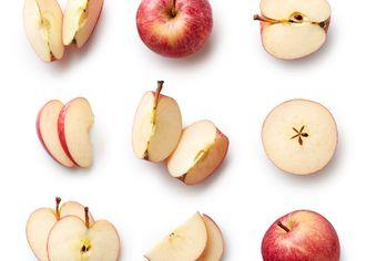 Kousky jablka na bílém stole