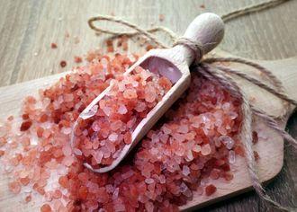 Mořská sůl s paprikou v keramické lopatce