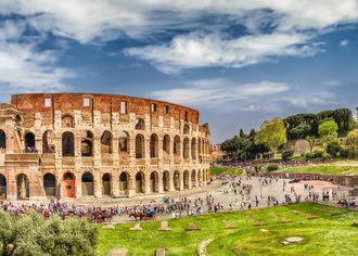 Panoramatický pohled na Koloseum a Konstantinův oblouk v Římě, Itálie