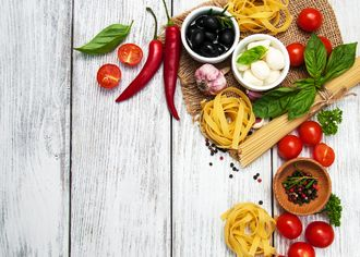 Těstoviny skořením na prkeném stole