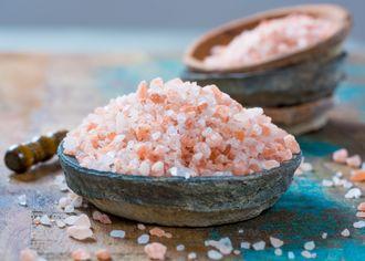 Uzená sůl v kameninových miskách