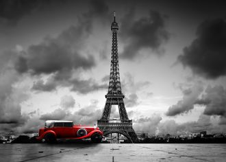 Červené retro auto s Eifelovkou