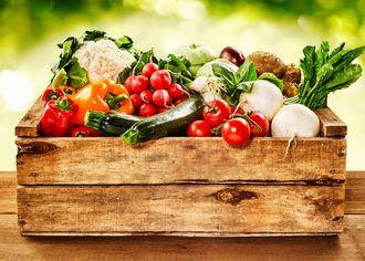 Drevená prepravka so zeleninou
