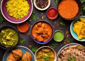 Indické menu v miskách na čiernom pozadí