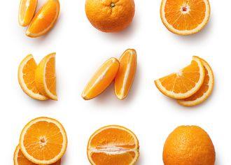 Kúsky pomaranča na bielom stole