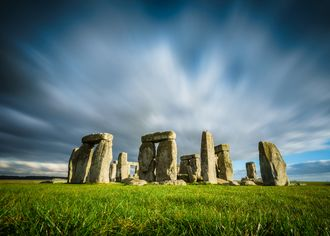 Stonehenge na pozadí zamračenej oblohy