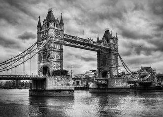 Tower Bridge v Londýne v čiernobielom podaní s mrakmi na pozadí