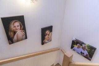 Obrázek Obrazy nad schodištěm